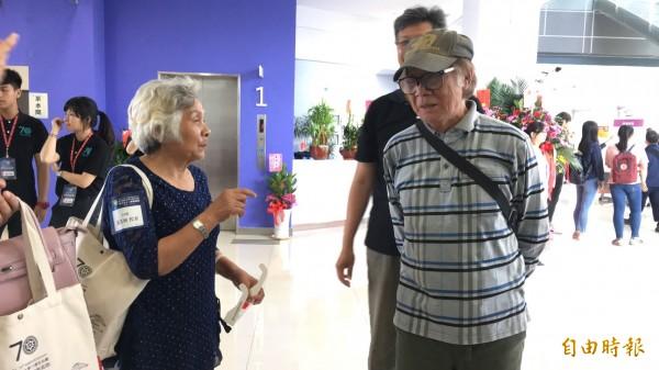 導演林福地(右)獲選東大傑出校友,返校歡聚。(記者張存薇攝)