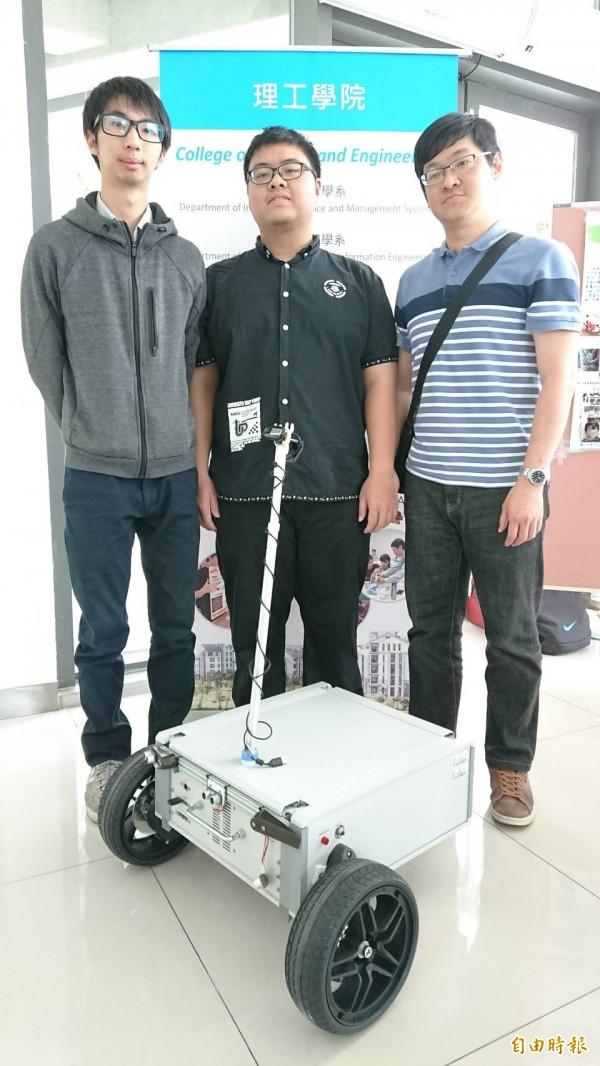 理工學院展出智能機器人車。(記者張存薇攝)