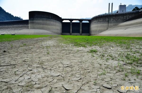 曾文水庫因水位很低,大壩溢洪道的閘門前,一片乾凅。(記者吳俊鋒攝)