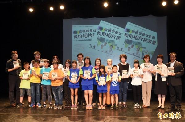 兒童節前夕,16位來自高雄偏鄉的新住民孩子,花半年時間完成著作,今天捐書給高雄市圖總館。(記者張忠義攝)