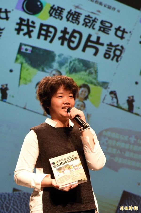 新庄國小李宜樺小作家,敘說她透過鏡頭記錄著甜蜜家庭的成長故事。(記者張忠義攝)