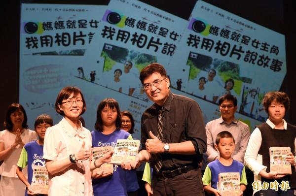 今天的贈書活動在教育局副局長黃盟惠(左)的見證下完成。(記者張忠義攝)