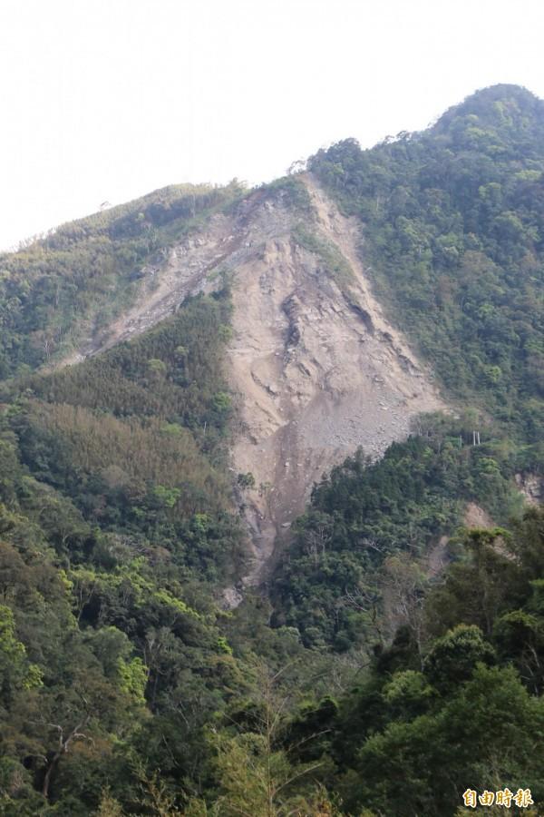 鹿湖山區走山嚴重,岩壁上可見清楚裂痕。(記者鄭名翔攝)