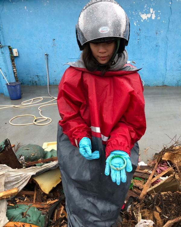 清潔隊員總算幫民眾找回玉鐲和戒指。(環保局提供)