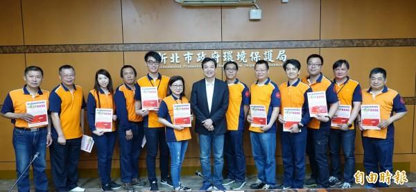 環保局長劉和然表揚12個清潔隊。(記者翁聿煌攝)