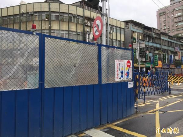 新北市政府持續進行三環三線動工,不少地區可以看見捷運施工圍籬,限縮車道。(資料照,記者邱書昱攝)