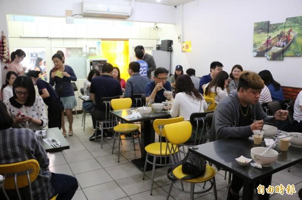 每到用餐時刻店內總是擠滿人潮,一位難求。(記者鄭名翔攝)