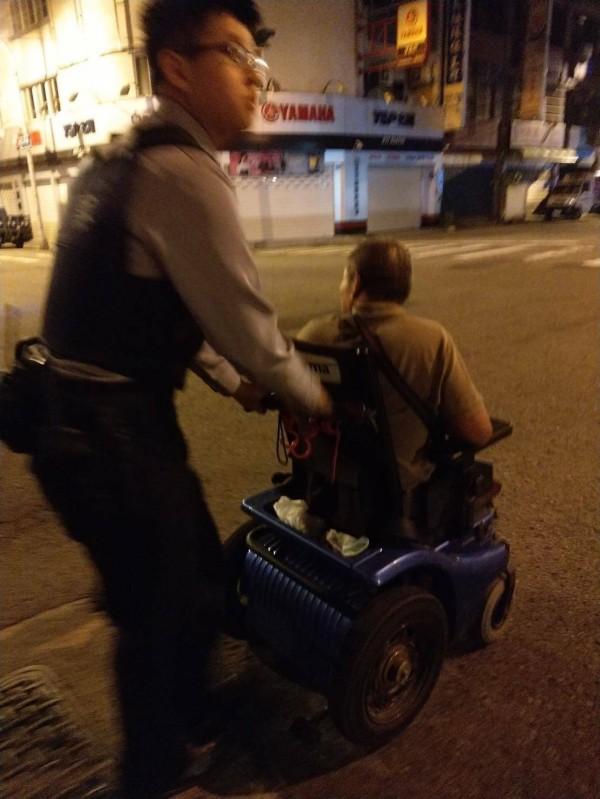 警方推了3公里的路程,將溫男送回竹南的住所。(記者鄭名翔翻攝)