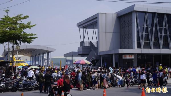 東琉碼頭今天爆出人龍。(記者陳彥廷攝)