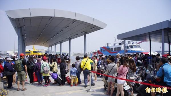 觀音菩薩生日碰上清明連假首天,高達1萬5000人登小琉球,東琉碼頭爆出人龍。(記者陳彥廷攝)