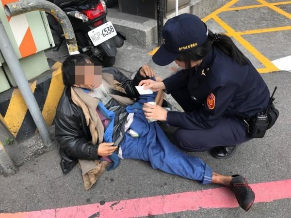 69歲陳姓老翁被朋友「放生」,由俏麗女警李蔓姿護送回家。(記者張瑞楨翻攝)