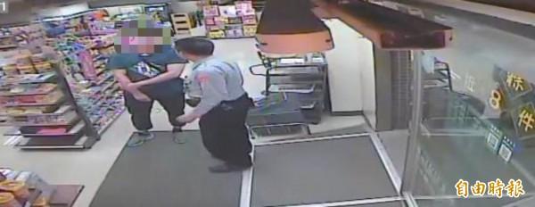 丁姓男子昨晚到超商一口氣要買10萬元的MY CARD點數,警方接獲店員通報,趕到現場阻詐。(記者鄭名翔翻攝)