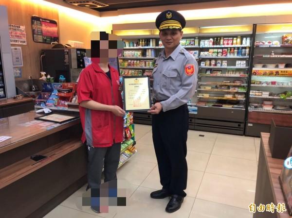 竹南警分局分局長陳宏賓今下午特別前往超商頒發感謝狀給店長。(記者鄭名翔攝)