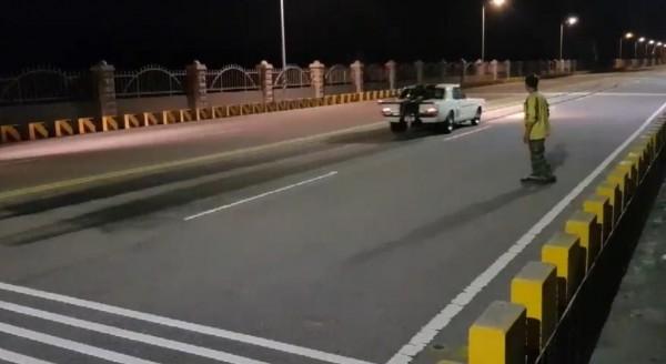 陳嫌上月31日駕駛野馬跑車在台中港環港北路與重機競速遭投訴。(記者歐素美翻攝)