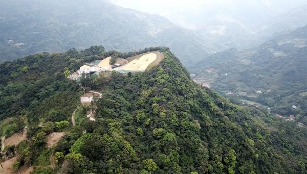 三峽有木里山區遭違法濫墾,從空中遠眺,山頭被削掉一大塊,景象令人觸目驚心。(讀者提供)