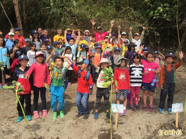 富山國小轉型國際教育實驗小學,孩子們快樂成長。(記者張存薇攝)