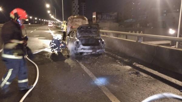 葉姓男子借BMW 330跑車想夜遊玩樂,出發沒多久車子就燒成廢鐵。(記者張瑞楨翻攝)