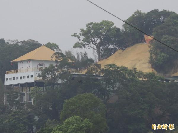 「三清萬甲仙境」違法興建宮廟已近完工。(記者翁聿煌攝)