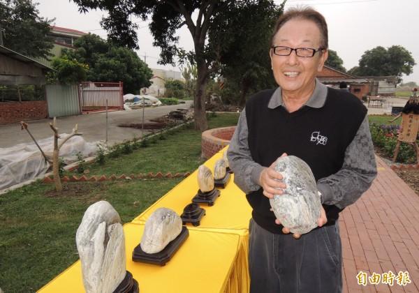 藝術家葉格擅長石頭彩繪的藝術創作,獨樹一幟。(記者楊金城攝)