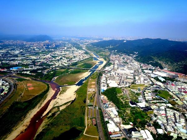 小學生的空拍作品,意外捕捉到三峽河遭廢水染紅的畫面。(記者翁聿煌翻攝)