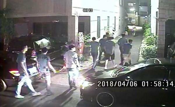 10多人下車要找李姓男子討公道。(記者楊金城翻攝)