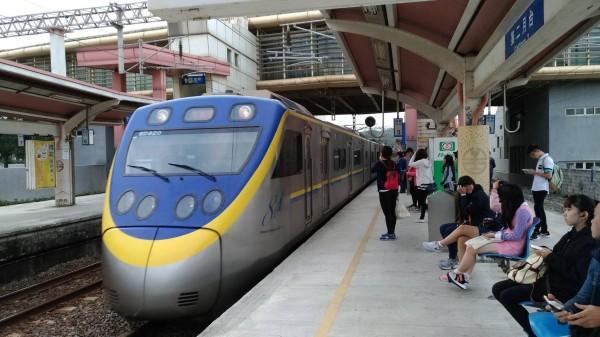 台鐵公開招標要採購520輛通勤電聯車,圖為EMU800型通勤電聯車。(圖:台鐵局提供)