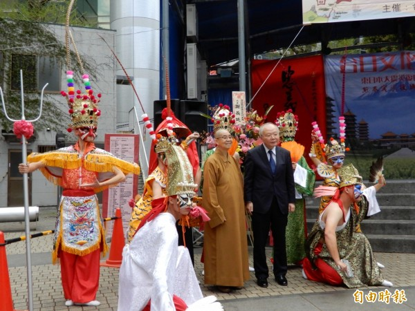 佛光山慈善院的院長依來法師(右3)從台灣帶領大慈育幼院的院童到場表演八家將,與駐日副代表郭仲熙(右2)合影。(記者林翠儀攝)