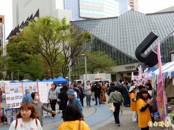 「台日文化交流支援日本東北、熊本大地震重建」公益園遊會提供多樣台灣素食小吃。(記者林翠儀攝)