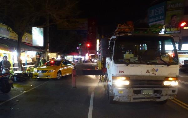 貨車油壓式腳架掃到計程車與機車及路人。(記者張瑞楨翻攝)