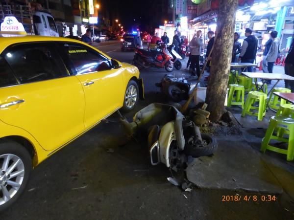 計程車被掃到,追撞機車與路人。(記者張瑞楨翻攝)