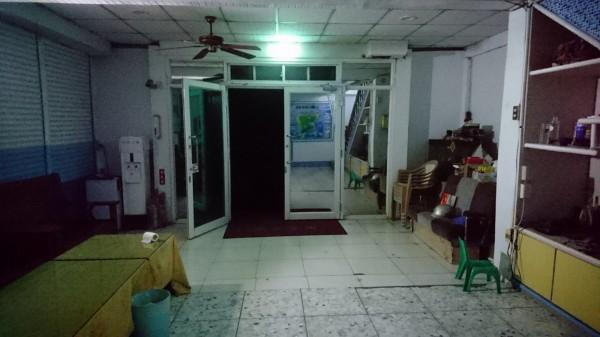 港口地區旅宿業者只能靠著緊急照明燈,照亮客廳空間。(圖由綠島居民提供)