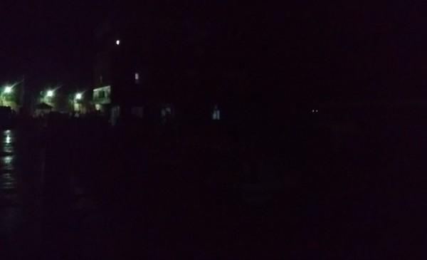 綠島港口、溫泉地區昨天深夜無預警停電兩小時,戶外一片漆黑。(圖由綠島居民提供)