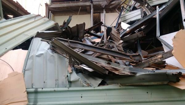 木板隔間的出租套房一旦發生火災,後果不堪設想,工務局介入強制拆除。(圖由新北市違章建築拆除大隊提供)
