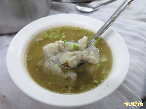 水里可口麵店的福州乾麵香傳一甲子,就連餛飩湯也相當滑順爽口。(記者劉濱銓攝)
