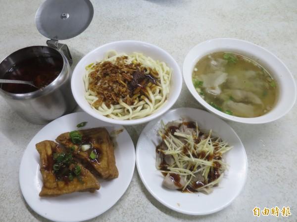 水里可口麵店的福州乾麵香傳一甲子,店內餛飩湯、粉腸、膈間肉、油豆腐也相當受歡迎。(記者劉濱銓攝)