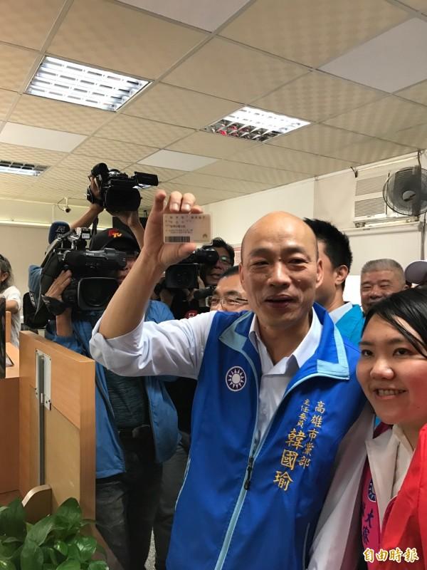 韓國瑜秀出新身分證,宣布投入高雄市長選戰。(記者洪臣宏攝)