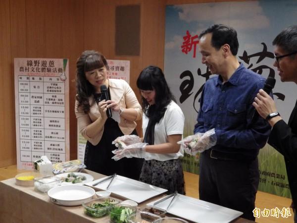 平溪農會家政班的越南新住民主廚黎山恩(左二)介紹珠蔥料理的特色,並與新北市長朱立倫示範做珠蔥越南春捲。(記者陳心瑜攝)