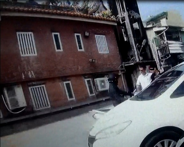 警方在樂成宮附近停車場埋伏,見丁嫌現身逮人。(記者許國楨翻攝)