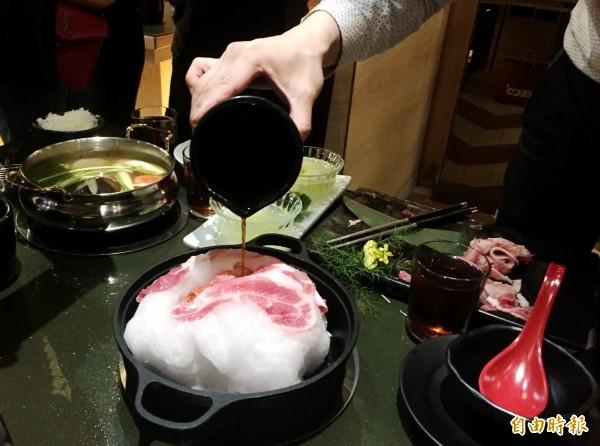 棉花糖雲朵壽喜燒鍋淋上醬汁後,棉花糖會慢慢融化。(記者張菁雅攝)