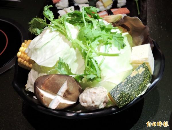 哈波火鍋的菜盤使用自然農法耕種的蔬菜。(記者張菁雅攝)