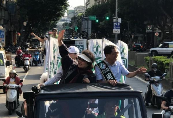 高雄市長陳菊今天到台北市為市議員周威佑助陣。針對下屆台北市長選舉,她受訪表示,民進黨選對會將會有適切安排,至於是否會給民進黨建議,她說,「如果民進黨在這個部分需要我的意見,我想我會表達我的意見。」 (周威佑辦公室提供)