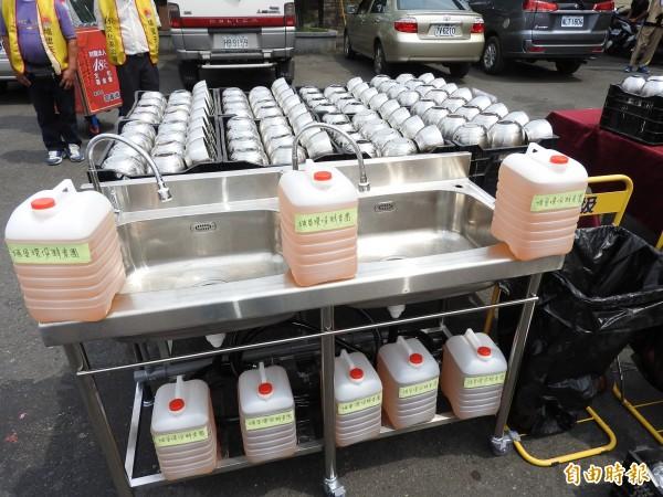 今年的媽祖遶境儀式更嚴格限塑,禁止使用一次性碗筷及寶特瓶裝水。(記者佟振國攝)