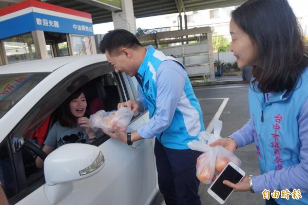 立委江啟臣代表加油站業者送加油民眾茂谷,讓民眾很驚喜。(記者歐素美攝)