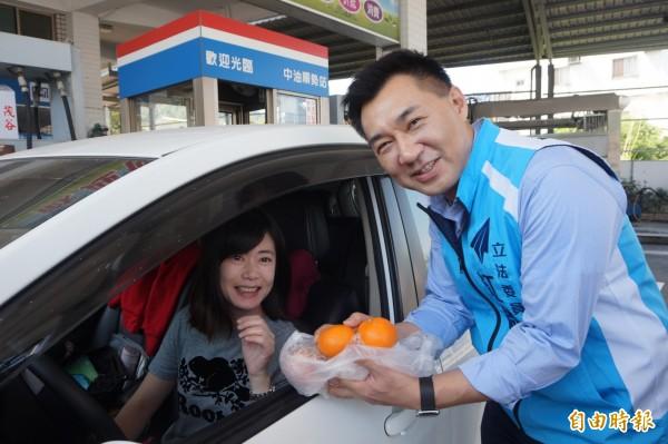 立委江啟臣代表加油站業者送加油民眾茂谷。(記者歐素美攝)