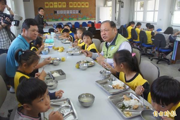 縣長陳光復以大家長身分,與小朋友共同享用營養午餐。(記者劉禹慶攝)