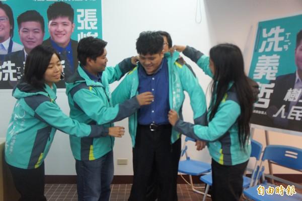 澎湖青年陣線戰將,為澎南選區市代表參選人張峻偉披上戰袍。(記者劉禹慶攝)