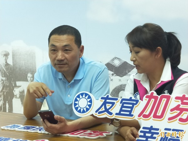 侯友宜為國民黨高雄市議員錄製初選電話語音拜票。(記者何玉華攝)