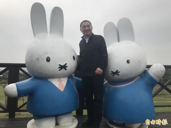 前新北市副市長侯友宜今早視察八里文化公園,跟園區中的米飛兔合照時,打趣地說只能摸男性米飛兔,免得被控訴性騷擾。(記者葉冠妤攝)