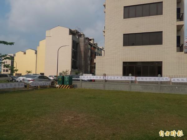 竹科服務區配租安置戶籌建委員會今早在服務區周邊拉白布條,表達抗議。(記者廖雪茹攝)