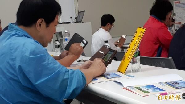 台東市的里長們拿著手機練習以QR-Code掌握路燈查修。(記者黃明堂攝)